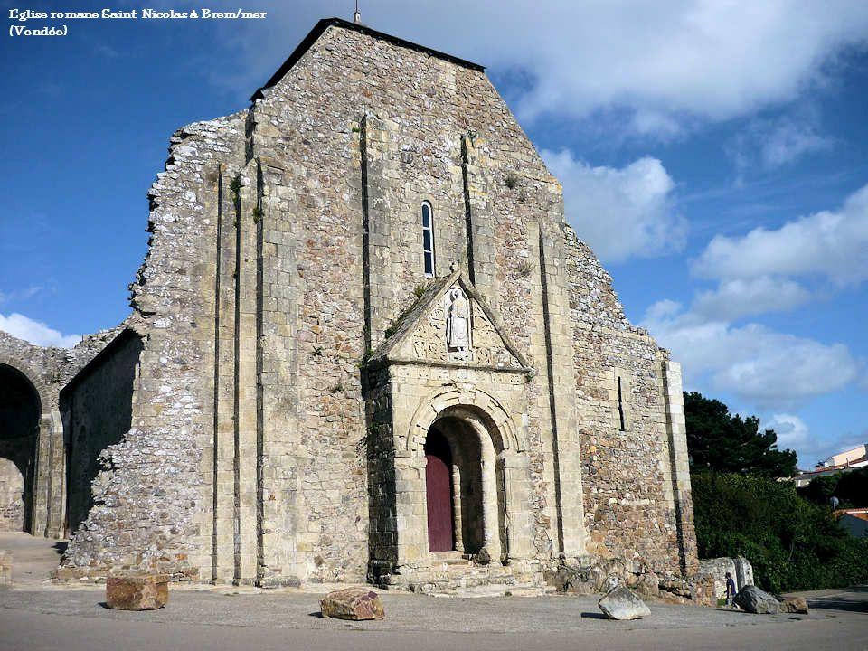 Les premières églises, au temps de la clandestinité, c'est-à-dire avant le IVe siècle, étaient des maisons-églises, une pièce réservée dans la demeure