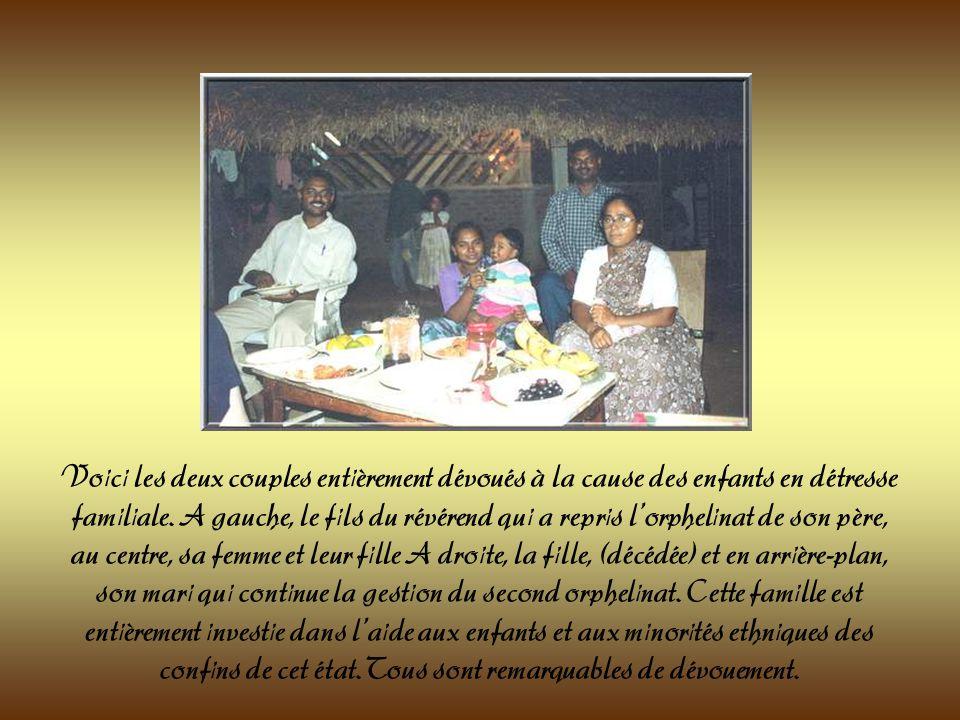Le repas à lorphelinat est servi à même le sol selon la coutume indienne. De plus en plus, les feuilles de bananiers sont remplacées par des assiettes