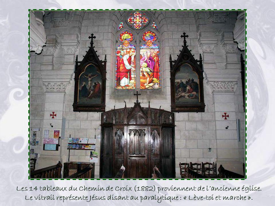 Le maître-autel (1925) est le « Seigneur de léglise », concentrant les regards et les lignes architecturales. Il se compose dun tombeau en marbre blan