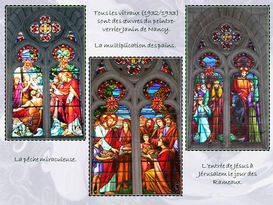 Les 14 tableaux du Chemin de Croix (1882) proviennent de lancienne église. Le vitrail représente Jésus disant au paralytique : « Lève-toi et marche ».