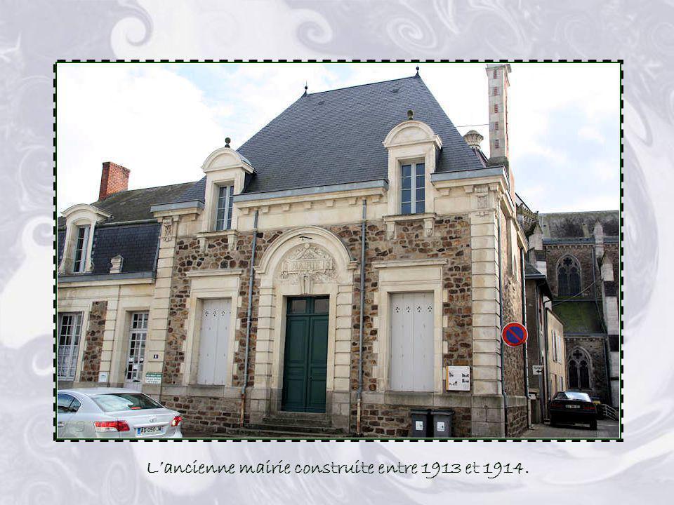 La voie ferrée, Aizenay-La Roche/Yon, fut ouverte le 19 Décembre 1880. Pendant 90 ans, voyageurs et marchandises ont circulé sur ces rails. En 1966, l