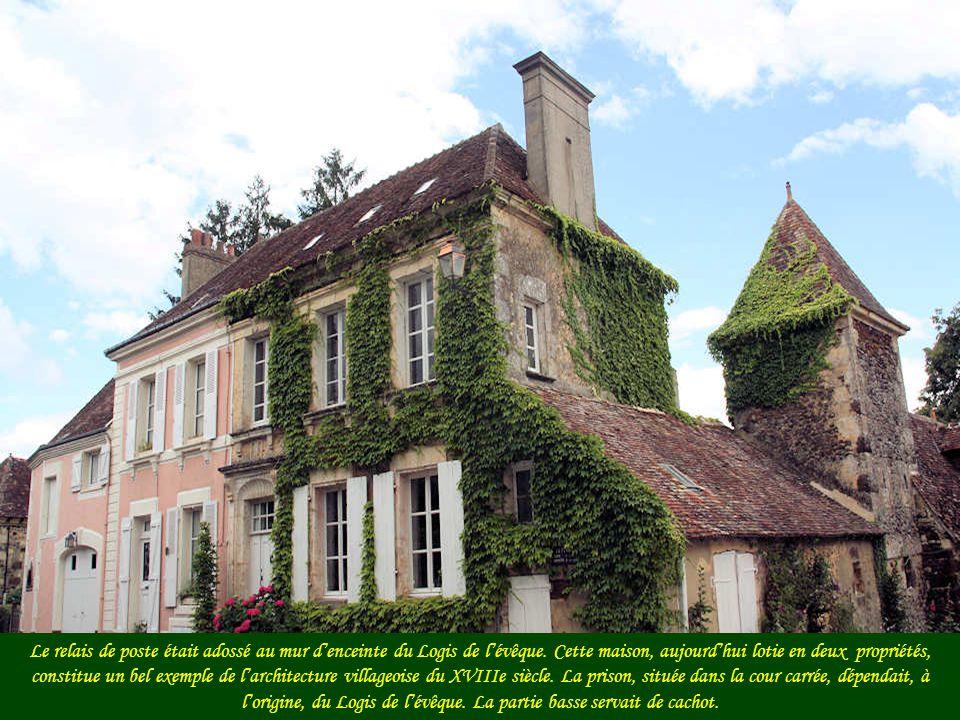 Ce prieuré aurait été construit vers 1250 mais la tourelle date du milieu du XVe siècle.
