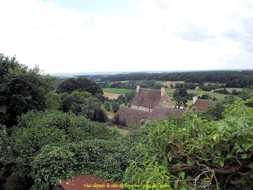On croit que Marguerite de Navarre (1492-1549), sœur de François 1 er et comtesse du Perche, fit construire sur ce site une maison. Le logis actuel da