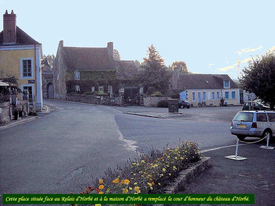 Cette place située face au Relais dHorbé et à la maison dHorbé a remplacé la cour dhonneur du château dHorbé.