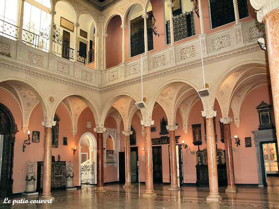 Dans le patio couvert, de belles colonnades en marbre rose de Vérone, soutiennent des arcades de style Renaissance italienne. Au-dessus, courent des g