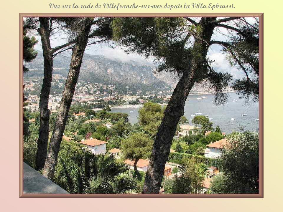 Vue sur la rade de Villefranche-sur-mer depuis la Villa Ephrussi.