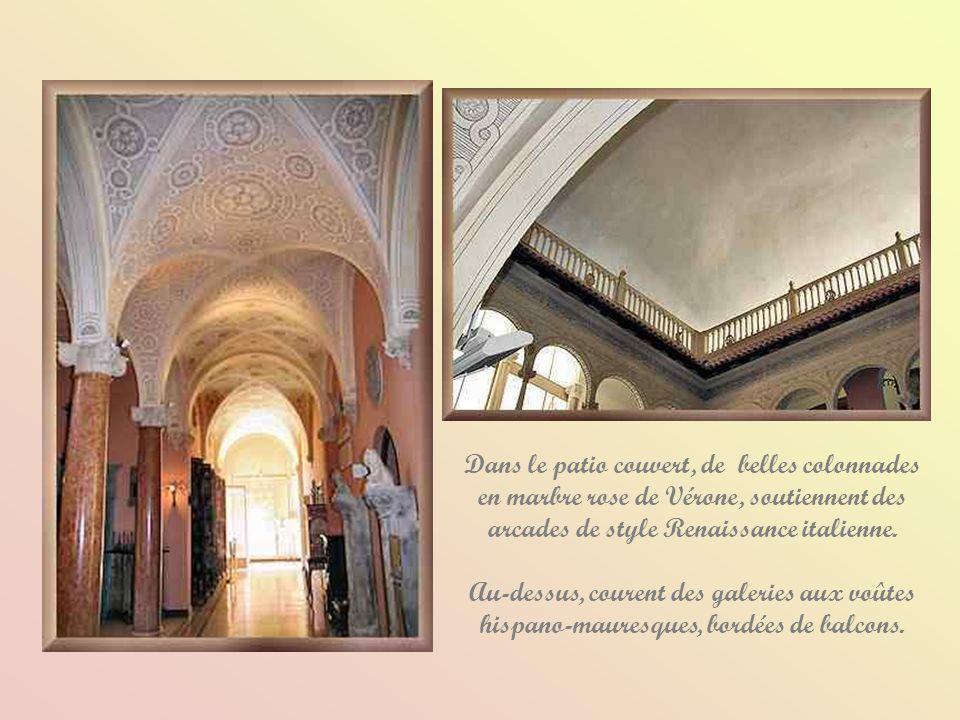 Dans le patio couvert, de belles colonnades en marbre rose de Vérone, soutiennent des arcades de style Renaissance italienne.