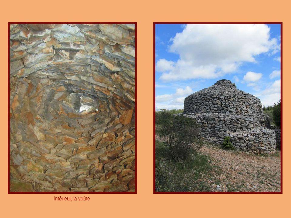 La tour du centre, à lorigine habitation du meunier, héberge le gardien, qui reçoit le public à la belle saison.