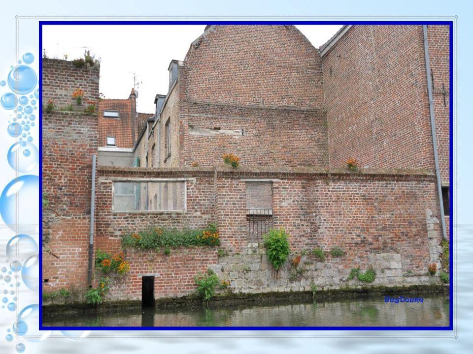 À la grande époque de la Scarpe, écluses et digues étaient nécessaires pour combattre les inondations et réguler les débits. Plusieurs écluses sont co