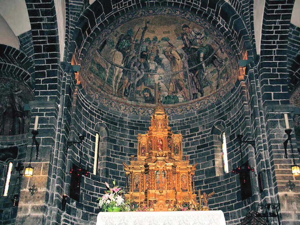 La Basilique de San Giacomo, bâtie entre 1125 et 1150, est située sur une place au pied de la colline des jardins Serbelloni.