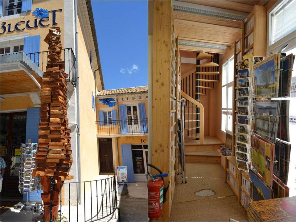 La librairie le Bleuet, aussi incroyable Que cela puisse paraître, dans un si petit village, est une librairie de 800 m2 qui propose 180000 ouvrages.