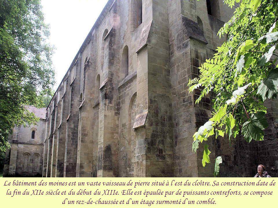 La galerie du cloître restaurée et les vestiges du bâtiment des convers.