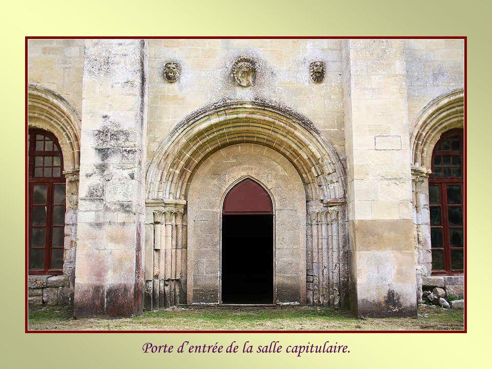 Le bâtiment des moines est un vaste vaisseau de pierre situé à lest du cloître. Sa construction date de la fin du XIIe siècle et du début du XIIIe. El
