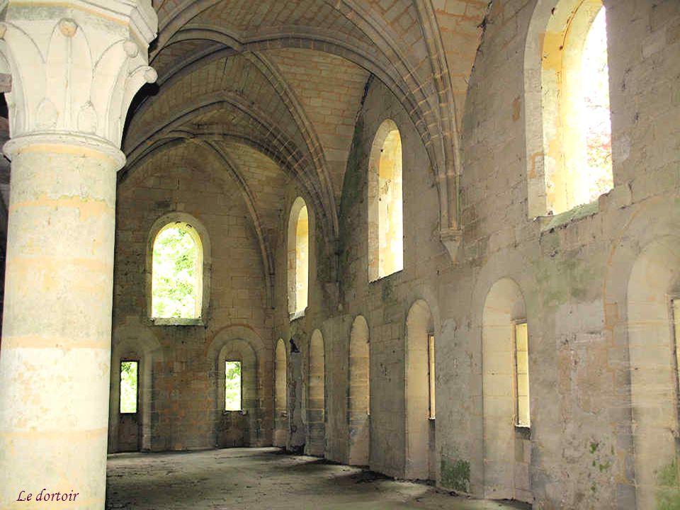 Le dortoir des moines occupe tout le premier étage du bâtiment. Sa construction se situerait entre 1200 et 1220. Il était commun au temps des cisterci