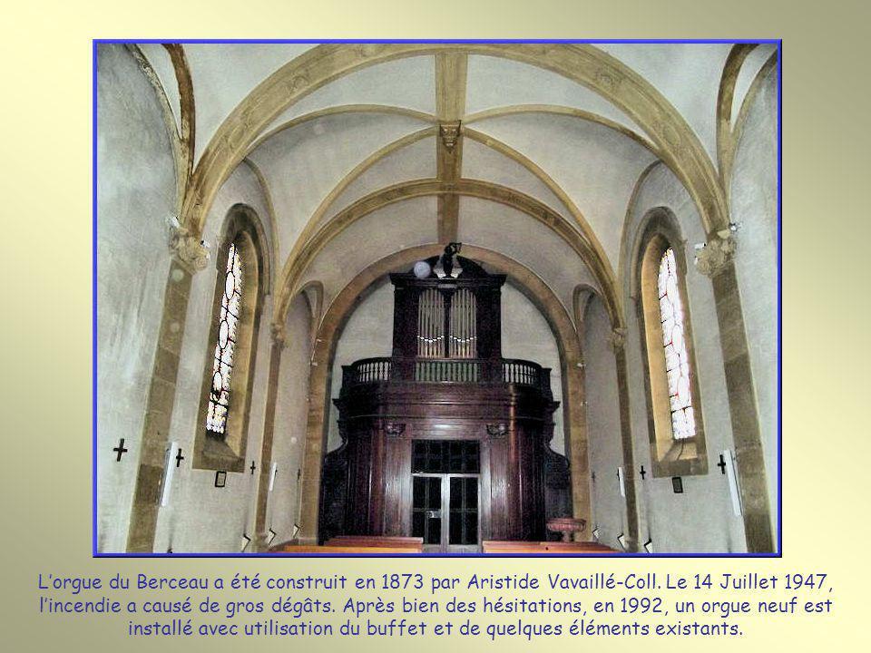 Plusieurs vitraux avec trois médaillons font découvrir les épisodes de la vie de Monsieur Vincent.