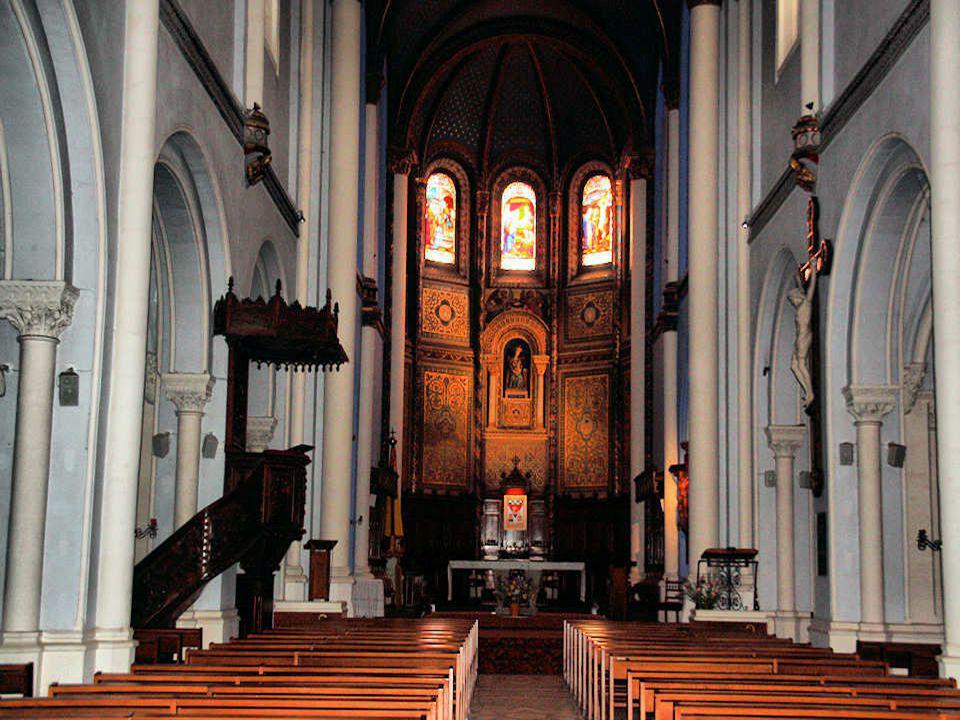 La façade postérieure de la basilique Notre-Dame de Buglose La façade principale est en cours de restauration