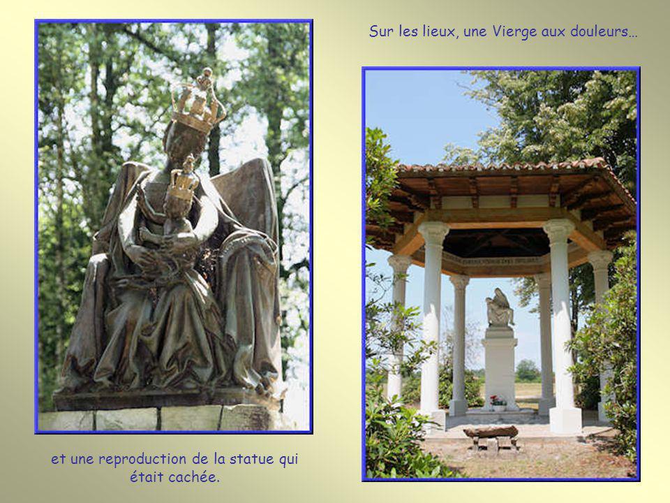 Ici, de 1570 à 1620, fut cachée la statue de Notre-Dame qui se trouve dans la basilique. Au même endroit coule la source miraculeuse.