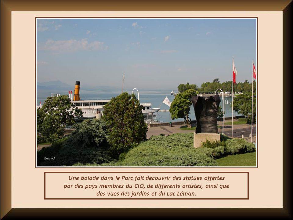 Une balade dans le Parc fait découvrir des statues offertes par des pays membres du CIO, de différents artistes, ainsi que des vues des jardins et du Lac Léman.