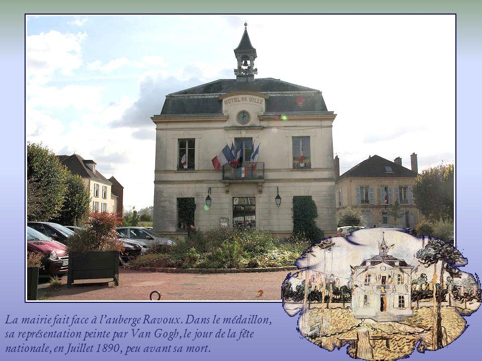 La mairie fait face à lauberge Ravoux.