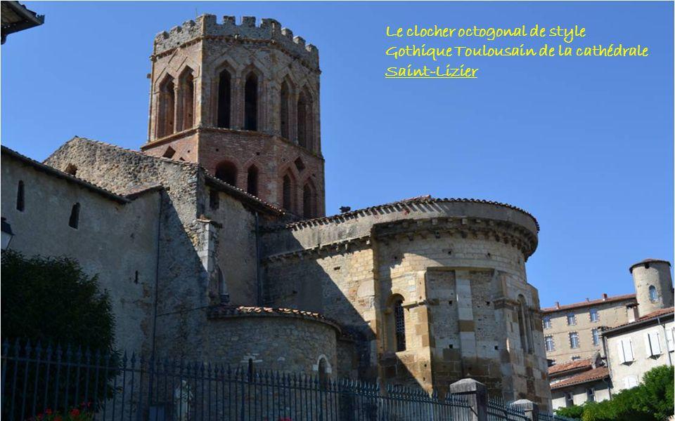 Le clocher octogonal de style Gothique Toulousain de la cathédrale Saint-Lizier