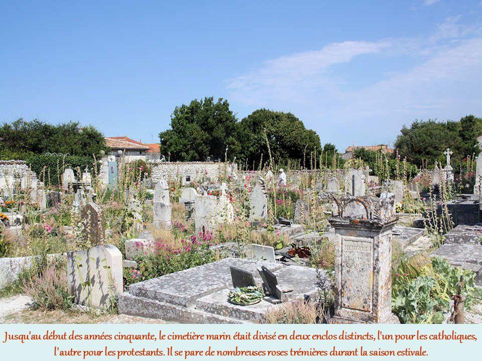 Jusqu au début des années cinquante, le cimetière marin était divisé en deux enclos distincts, l un pour les catholiques, l autre pour les protestants.