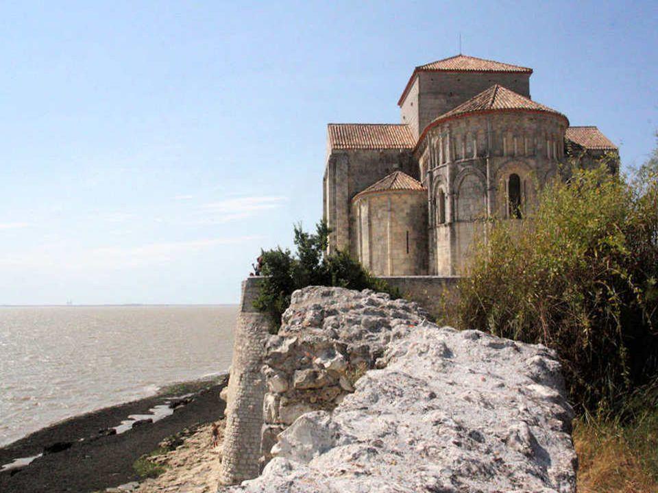 L'église de Talmont est un édifice de style roman consacré à sainte Radegonde. Campée sur une falaise dominant l'estuaire de la Gironde, elle a longte