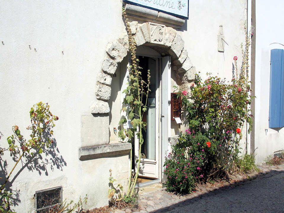 Ci-dessus, une plaque de rue rappelant loccupation anglaise. Ce village de Talmont fleure bon les roses trémières le long de ses rues étroites. On sy