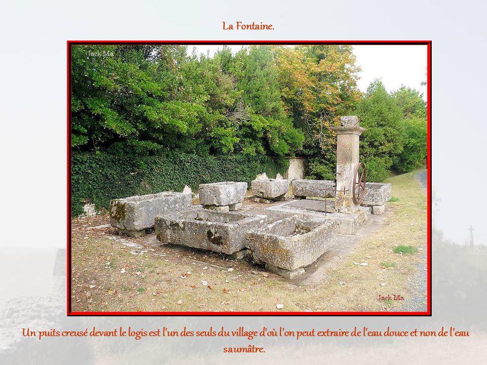 Un puits creusé devant le logis est l un des seuls du village d où l on peut extraire de l eau douce et non de l eau saumâtre.
