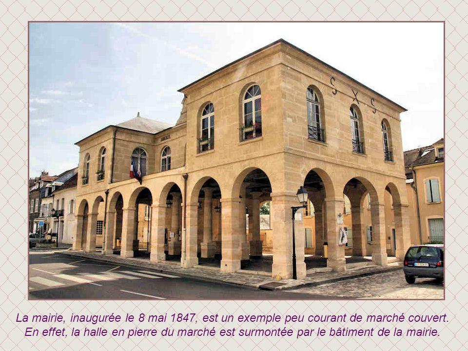 La fontaine monumentale fut élevée en 1742 par l'architecte Louis Villars. Sculptée par Jamay, elle était surmontée d'un écu, aux armes des La Rochefo