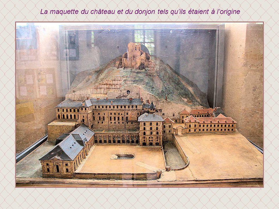 Au XIIIe siècle, le nid daigle se double dun château résidentiel édifié au bas de la falaise et relié au donjon par un escalier creusé dans le roc. Fr