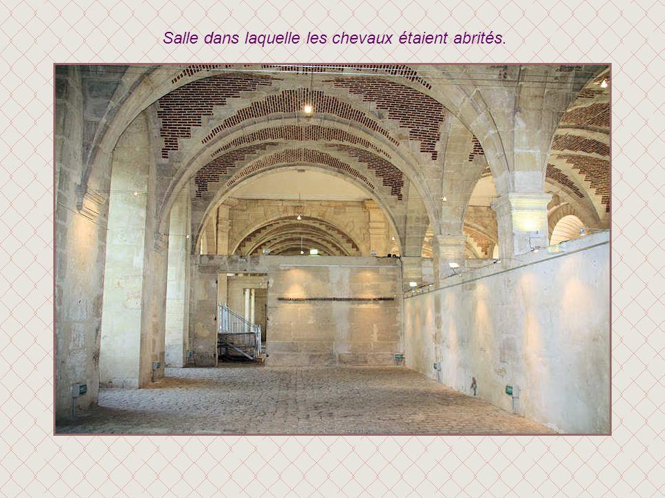 Dans la première salle à lintérieur des écuries on trouve toutes les informations sur le château.