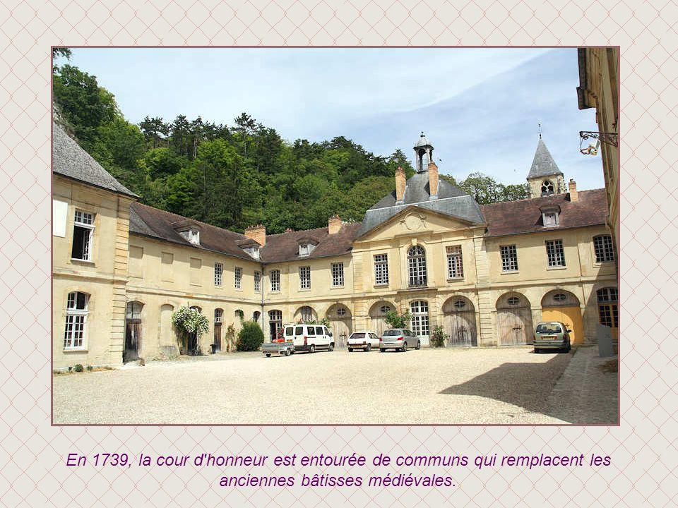 Le château est doté en 1733 d'une entrée monumentale baroque percée dans son rempart. Elle donne sur un grand escalier donnant accès à la salle des ga