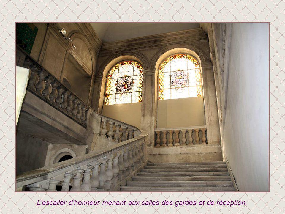 En 1739, la cour d'honneur est entourée de communs qui remplacent les anciennes bâtisses médiévales.