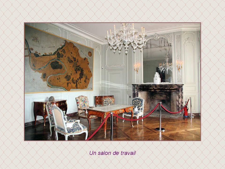 La salle de billard abrite, comme les autres pièces, des expositions contemporaines.
