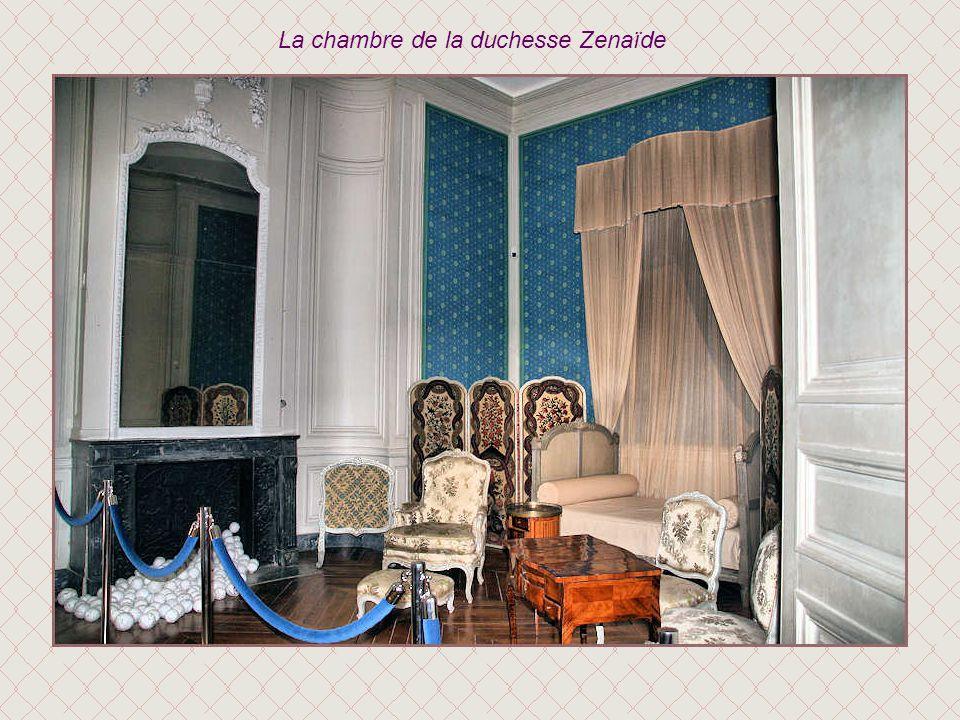 Cette pièce tendue de papier peint inaugure lappartement de société de la duchesse dEnville. Il sagit dun rare ensemble de ce type de décor encore en