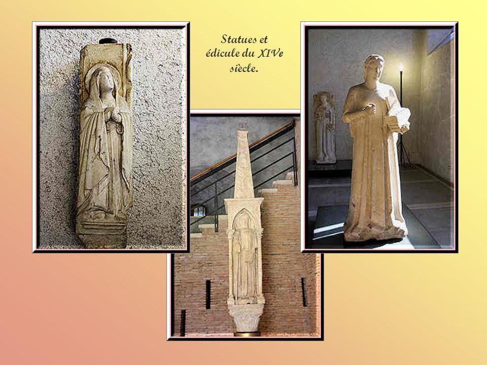 La crucifixion avec la Vierge et Saint Jean lEvangéliste.