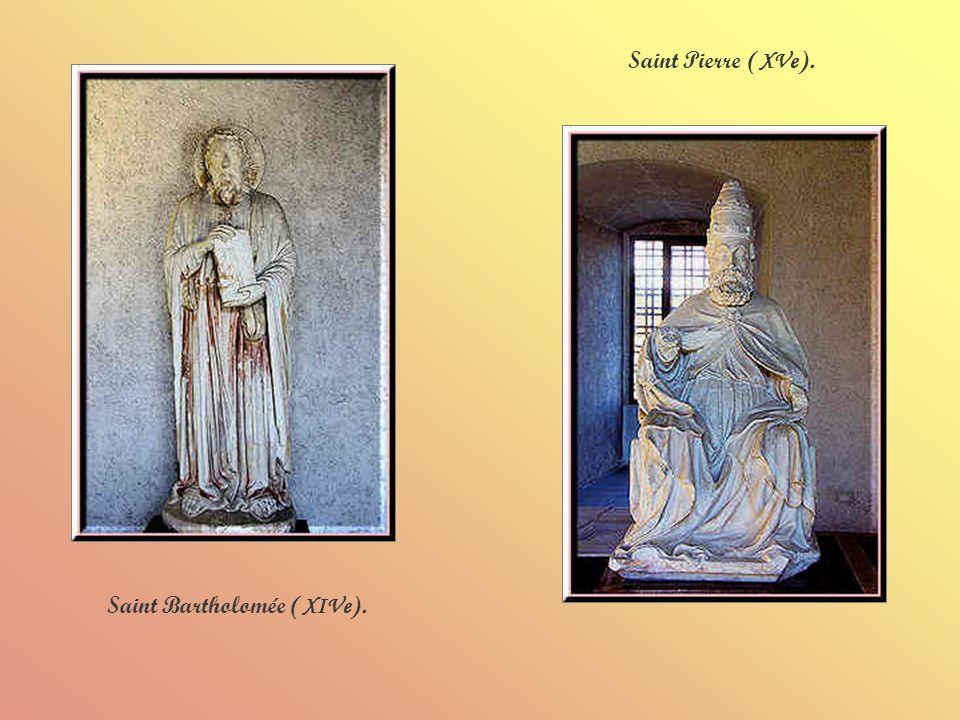Statues et édicule du XIVe siècle.