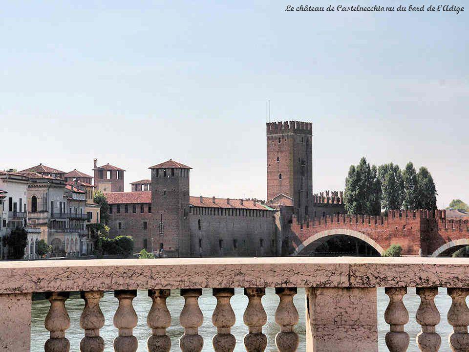 Dans un but défensif, Cangrande II Della Scala fit ériger en 1354-1355 la construction massive du Castelvecchio, couronnée de tours, quon appelait à lorigine « Castello di San Martino ».