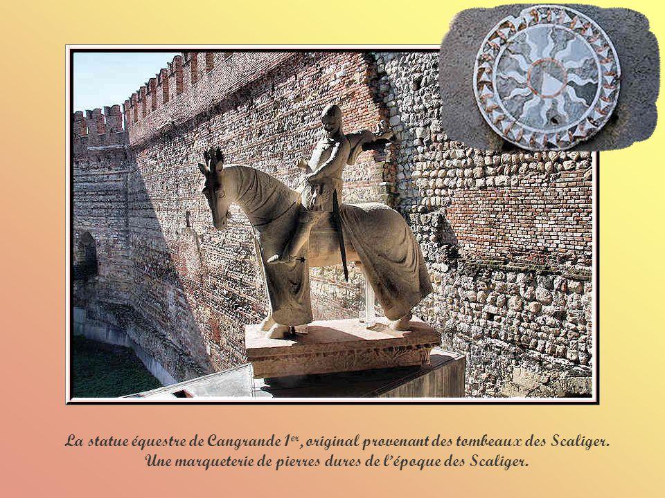 La cour de lancienne place darmes avec ses arcades et sa loggia vénitienne ornée de balcons.