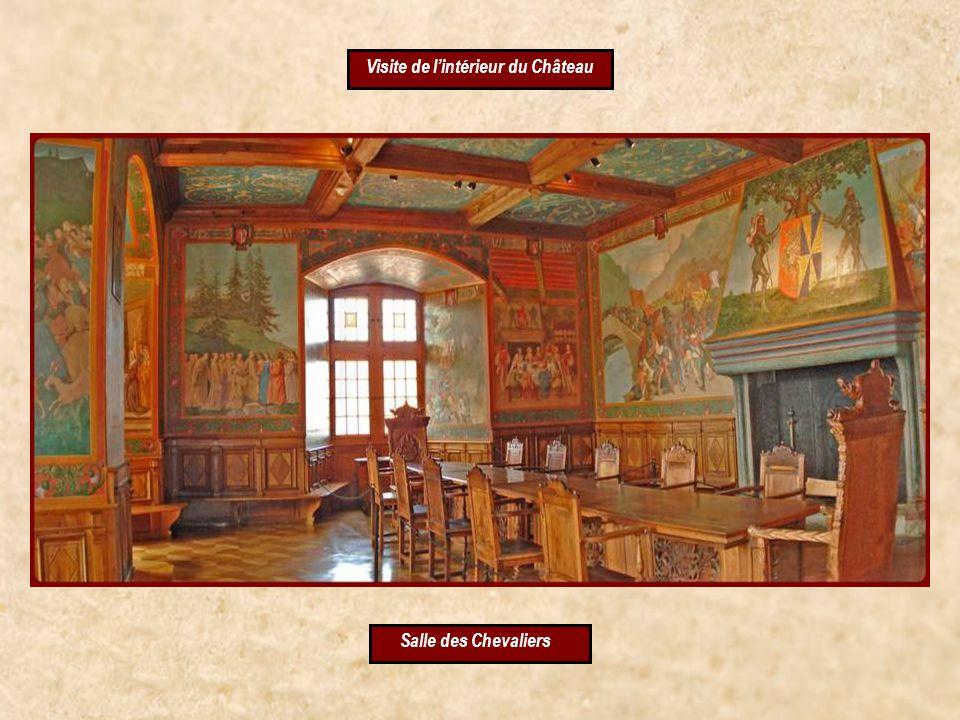 dans la cour du Château
