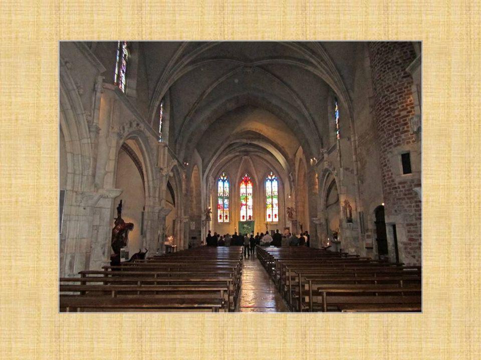 Eglise Saint-André de style gothique du XVe siècle a été construite en carrons savoyards et une petite partie en pierres amenées du Revermont ou de la Saône.