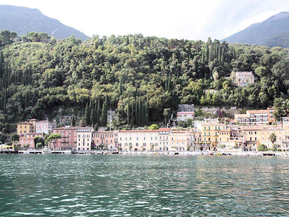 De belles façades dimmeubles bordent le lac.