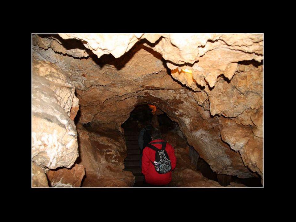 La Grotte des Demoiselles est située dans la vallée de lHérault près de Ganges.