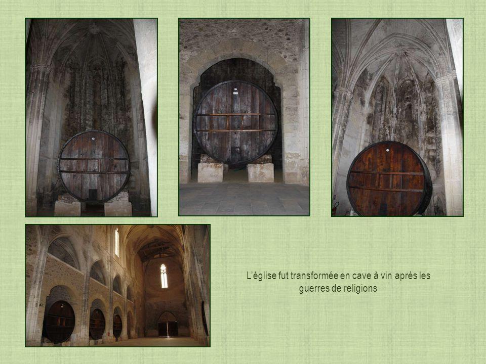 Les clefs de voûtes de léglise sont parfois difficile à identifier Saint Benoît et Saint Bernard côte à côte tenant chacun leur crosse