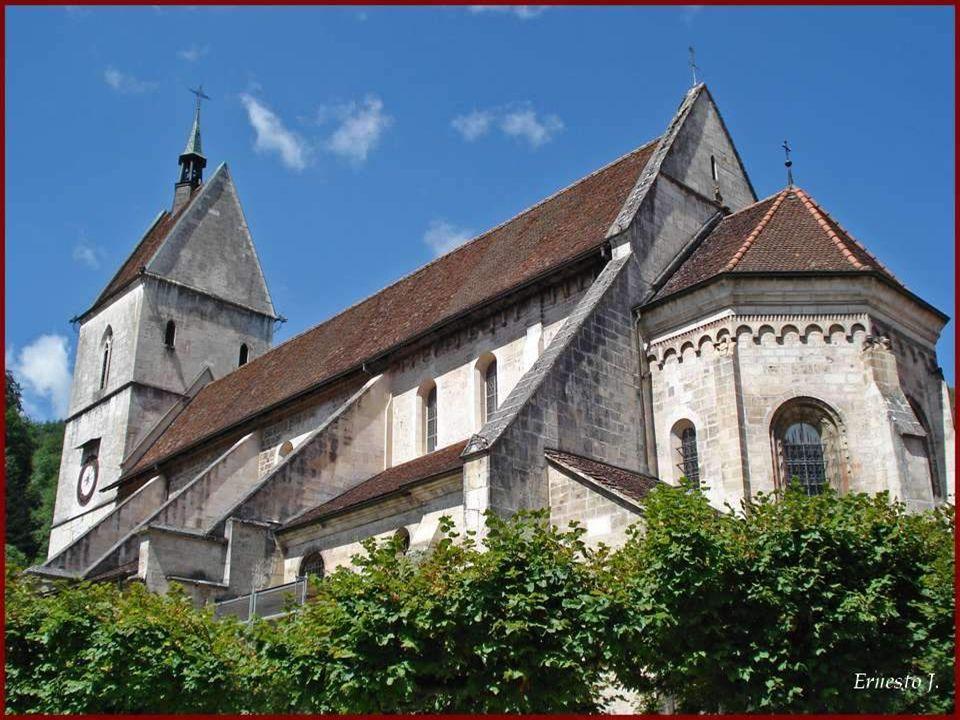 A lorigine, lAbbaye a été fondée par des moines bénédictins. Imposante collégiale romane-gothique et son cloître datant du 12 e siècle.