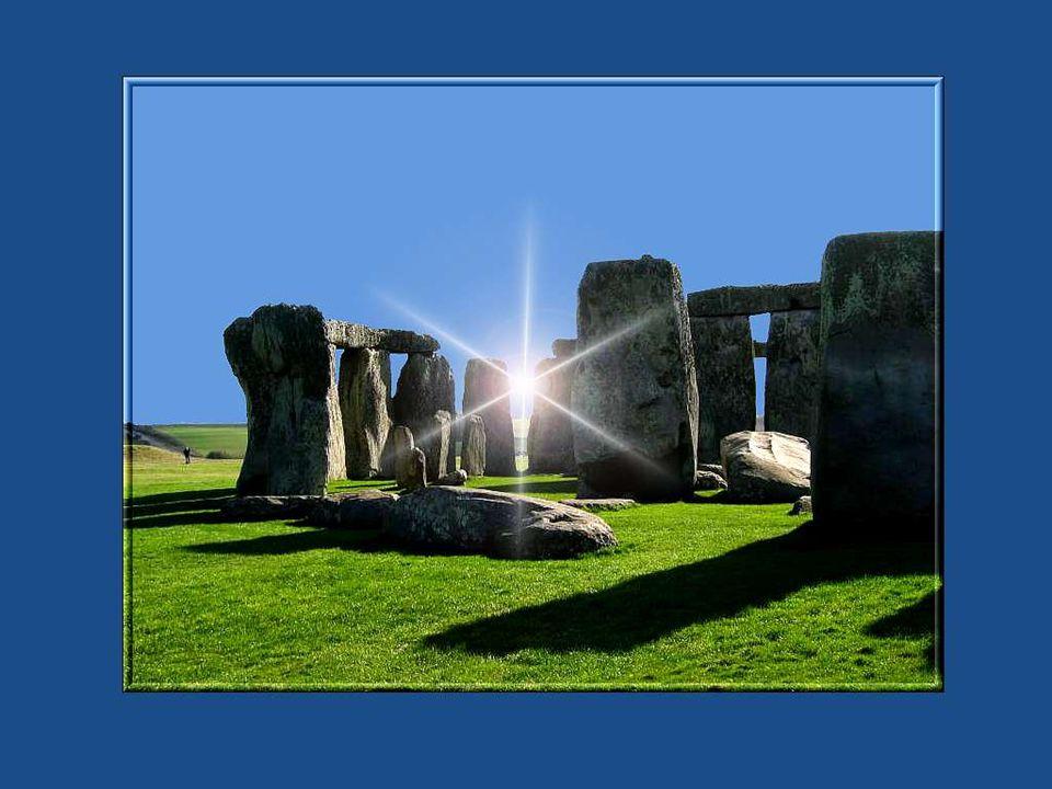 Le monument de Stonehenge est ceinturé d un fossé circulaire de 104 mètres de diamètre et d un talus ou furent creusés 56 puits, quon appelle les trous d Aubray.