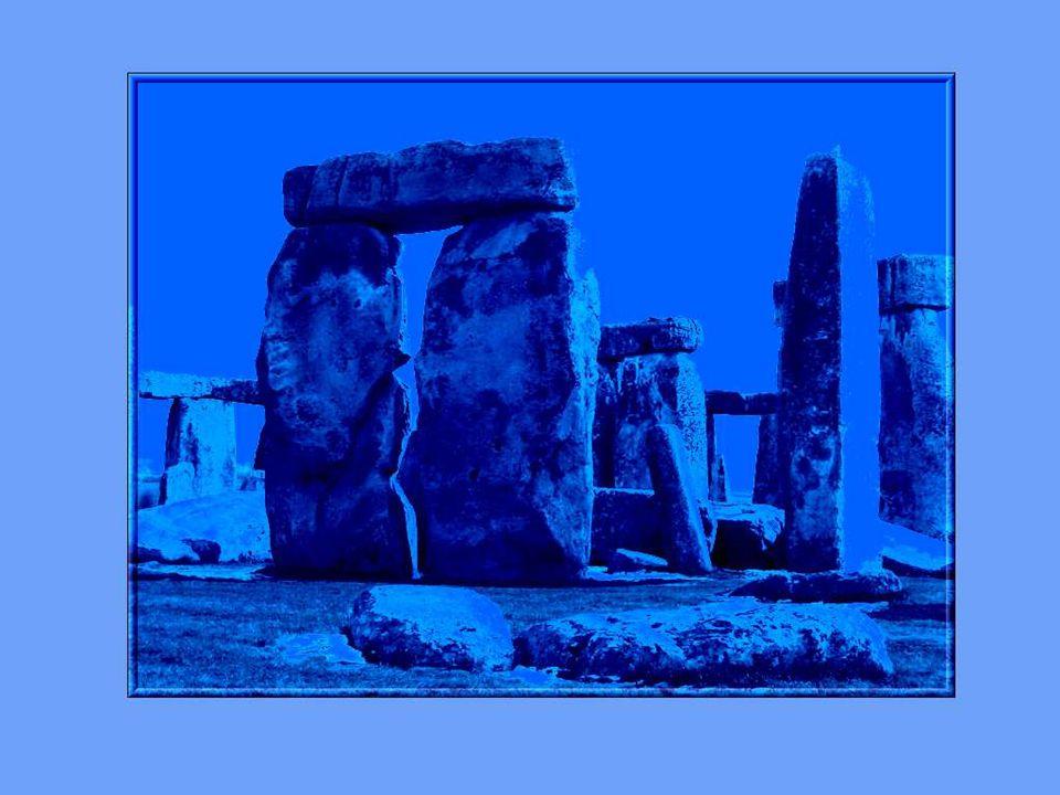 On avait déjà observé dès la fin du 17ième siècle que les grands stèles verticales et les pierres bleuâtres étaient orientées en direction du soleil levant du milieu de lété.
