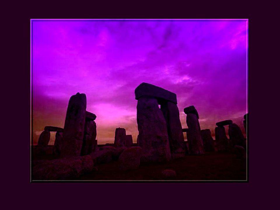 En effet, ceux qui ont construit Stonehenge avaient une connaissance astronomique précise du chemin du soleil, car son alignement correspond très exactement au lever du soleil le jour du solstice dété.