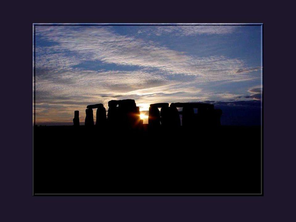 A lheure où lhomme a conquis la lune et sapprête à débarquer sur Mars et dautres planètes, il ne sait même pas comment ses ancêtres ont pu construire des monuments tels Stonehenge.