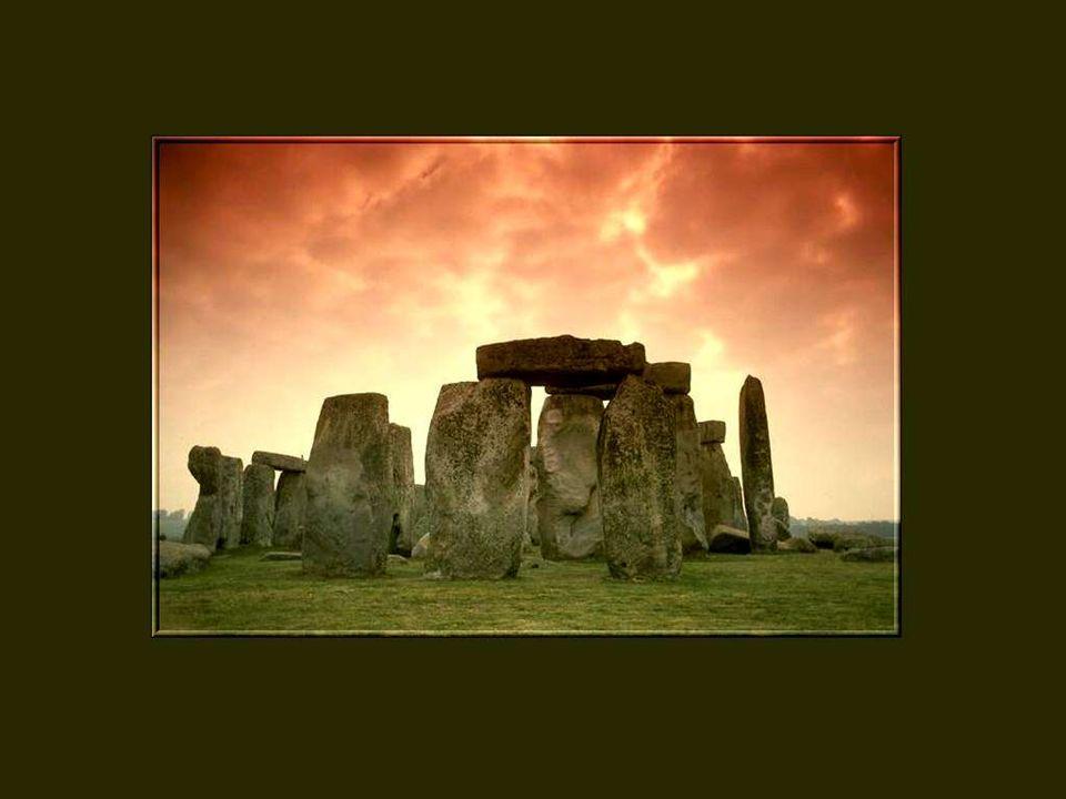 Dans son splendide isolement, sur une vaste étendue herbeuse et venteuse de la plaine calcaire de Salisbury, à environ 130 Km à louest de Londres, Stonehenge continue de poser une énigme depuis les temps les plus reculés.